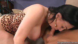 Sexy cougar RayVeness seducing a hot fat cock!
