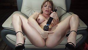 Mature toys pussy and uses fuck machine for her tight ass